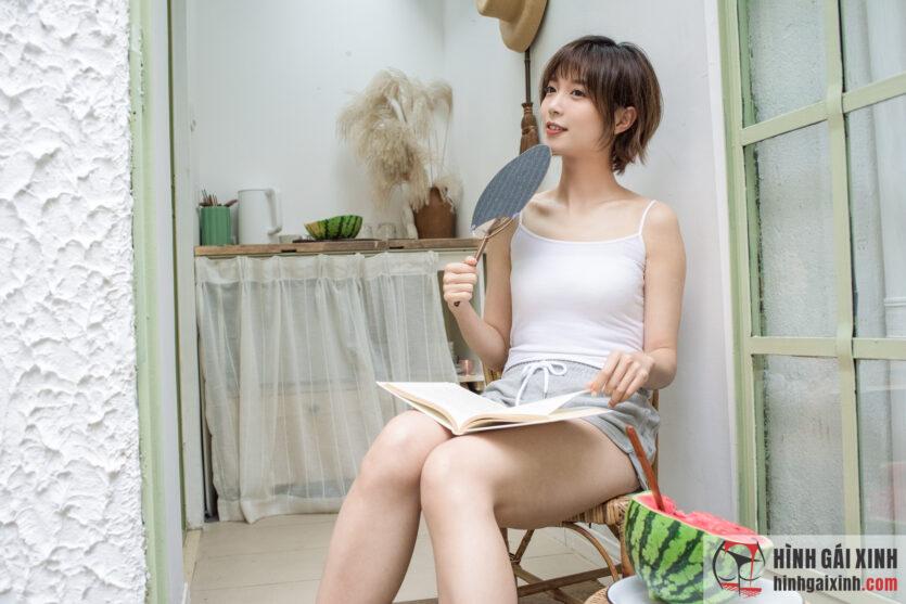 Gái đẹp tóc ngắn quyến rũ với áo hai dây trễ nải đầy khiêu gợi