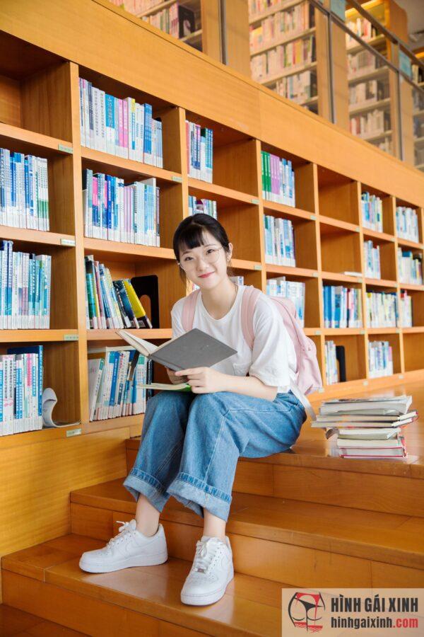Nữ sinh thư viện