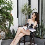 Gái xinh ngồi bên hiên nhà