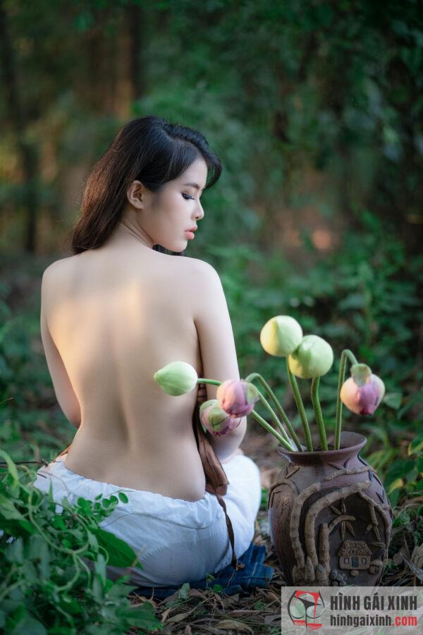 Cô gái hoa sen khoe lưng trần