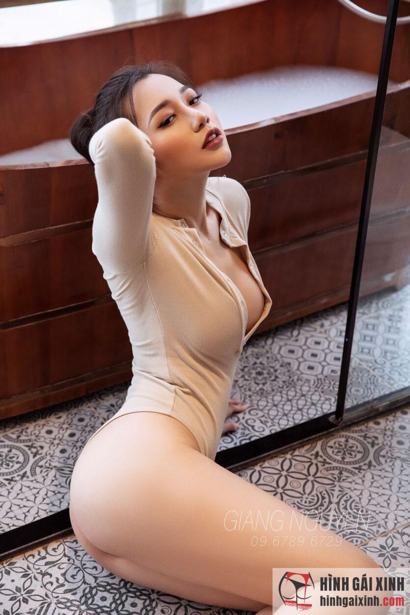 Hot girl 9x tạo dáng gợi tình bên bồn tắm