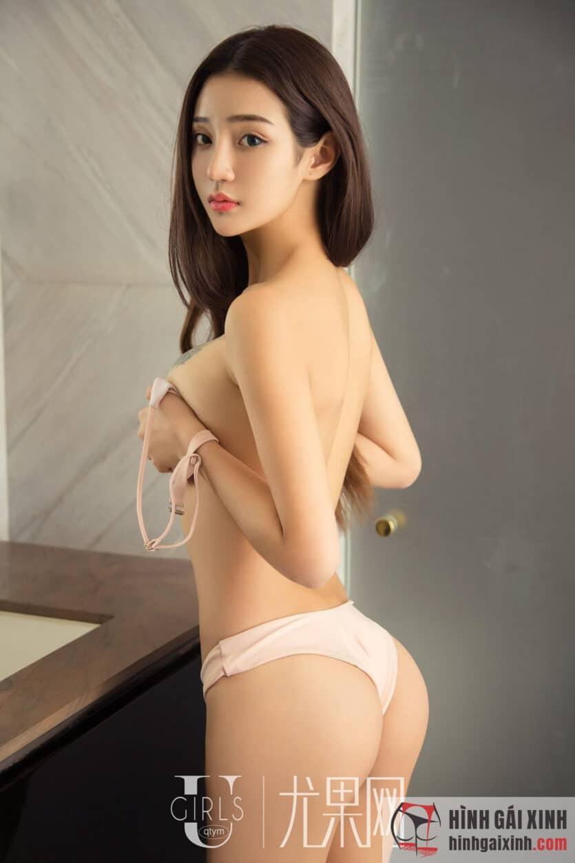 Em gái tóc dài lấy tay che bộ ngực khủng quyến rũ cực ngon