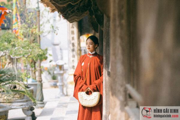 Thiếu nữ xinh đẹp trong tà áo dài truyền thống Việt Nam