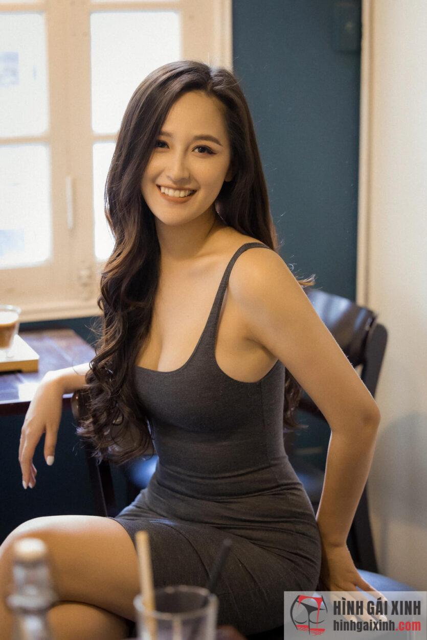 Hoa hậu Mai Phương Thúy mặc áo 2 dây khoe vòng 1 căng tròn