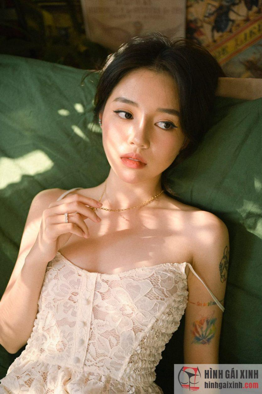 Lần hiếm hoi streamer Linh Ngọc Đàm diện váy nữ tính để lộ nhiều hình xăm