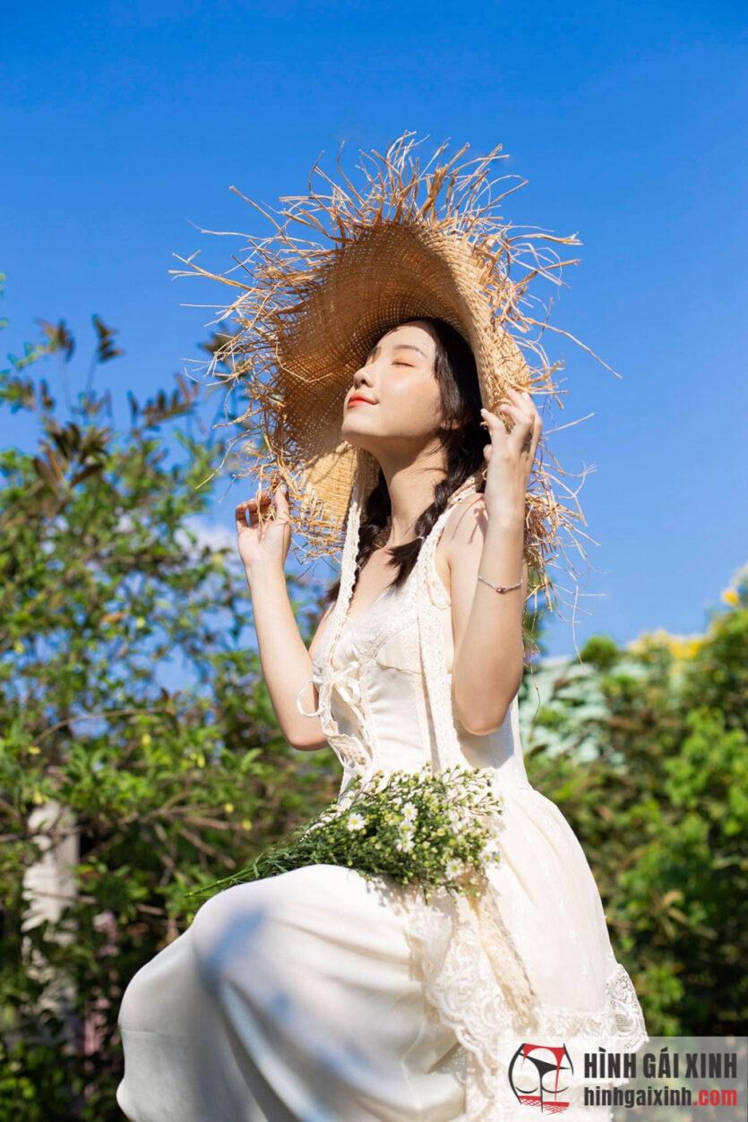 Em gái dễ thương chào đón mùa hè cùng váy thắt nơ nữ tính và nón rơm sành điệu
