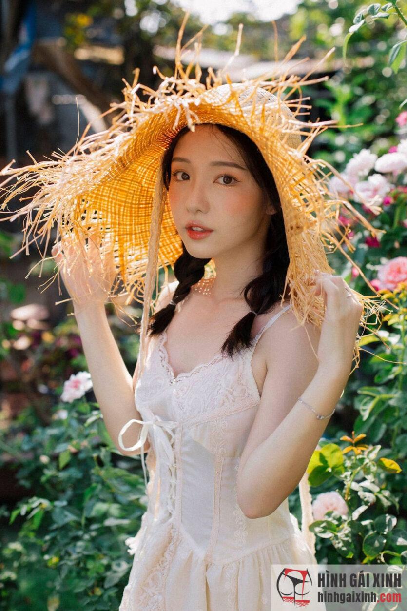 Em gái xinh đẹp vô cùng dễ thương lộ làn da trắng nõn