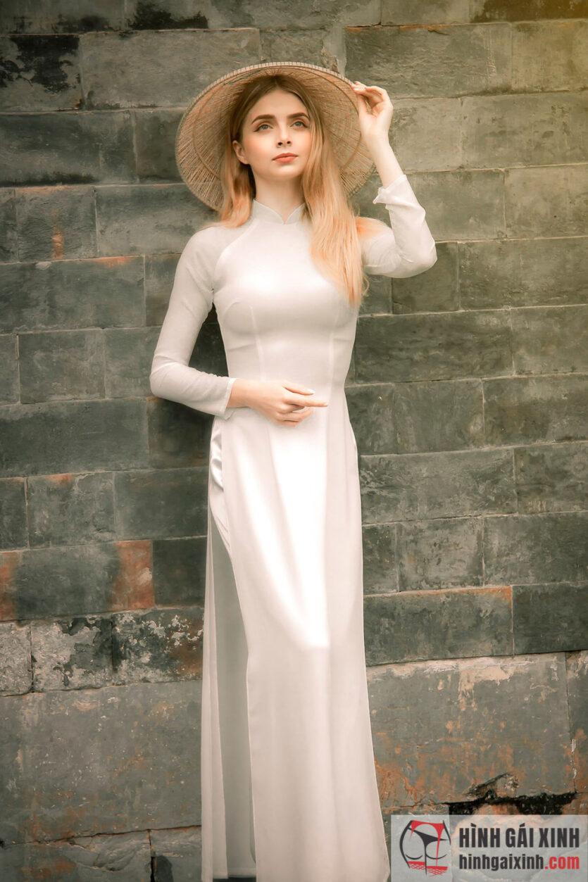 Thiếu nữ Tây mặc áo dài, đội nón lá khoe trọn đường cong cơ thể