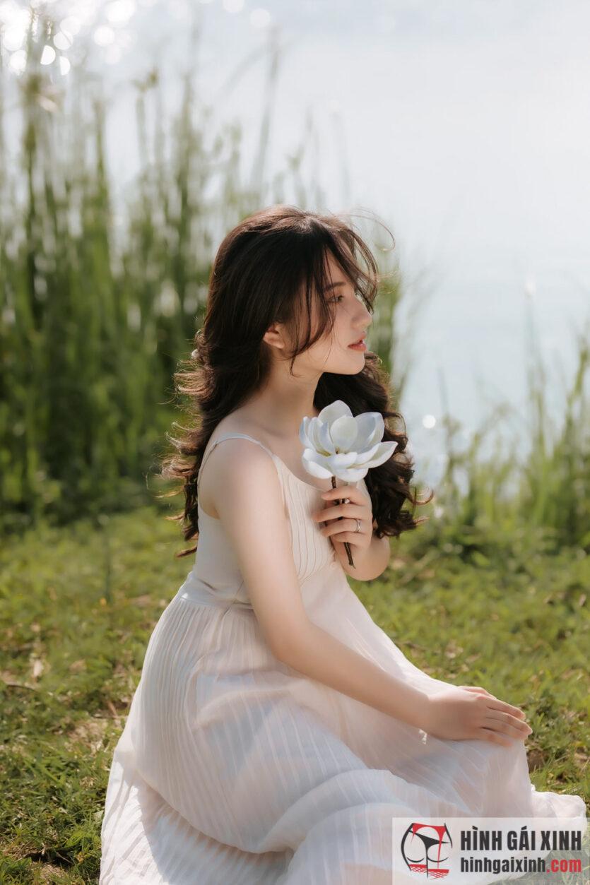 Cô nàng sở hữu mái tóc bồng bềnh với nét đẹp dịu dàng, ngây thơ
