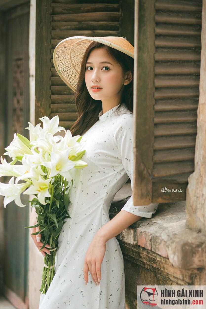 Cô nàng sở hữu vẻ đẹp thanh tú, trong trẻo khoát lên mình bộ áo dài với họa tiết đẹp mắt
