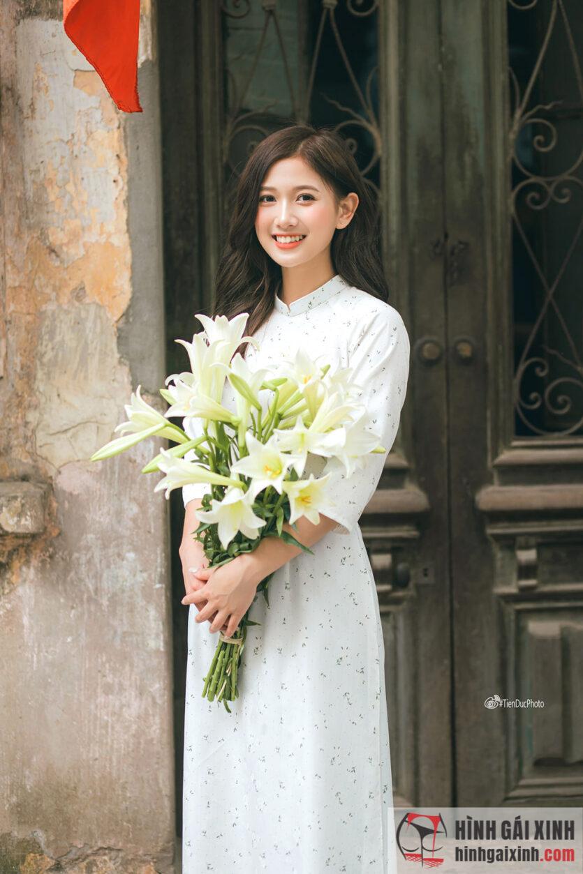 Người đẹp trong tà áo dài trắng duyên dáng thanh tú