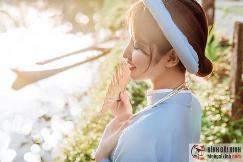 Nữ sinh trong trang phục áo dài truyền thống đẹp như tranh vẽ
