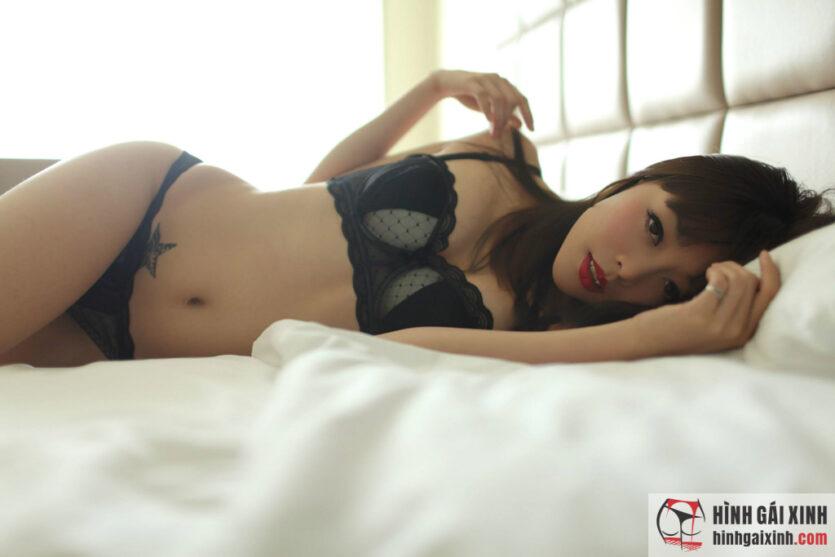 Cô nàng mặc bikini đen cực kích thích