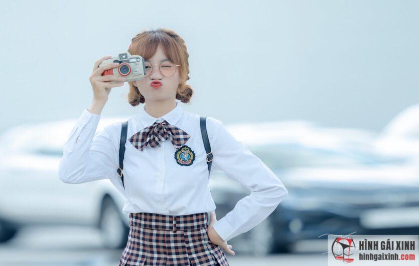 Nữ sinh cấp 3 đeo kính hút hồn bởi gương mặt xinh xắn, đáng yêu