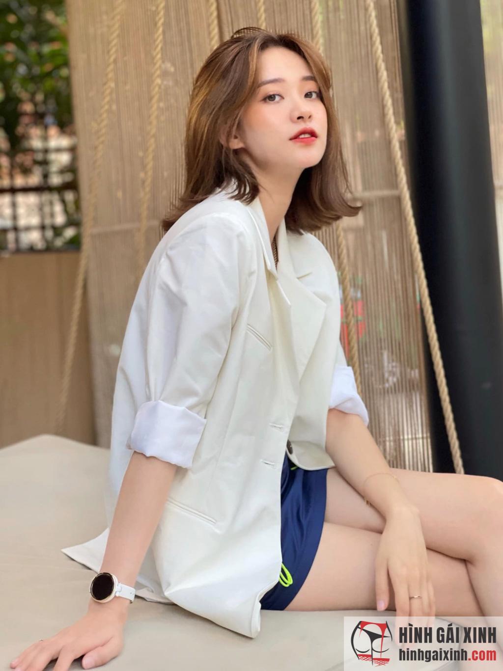 Thiếu nữ mặc áo dài trắng toát lên vẻ duyên dáng thơ ngây
