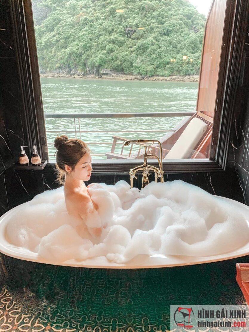 Hot girl Đồng Thảo My sinh khoe đôi chân dài quyến rũ, vòng 1 gợi cảm trong bộ đồ ngủ mong manh
