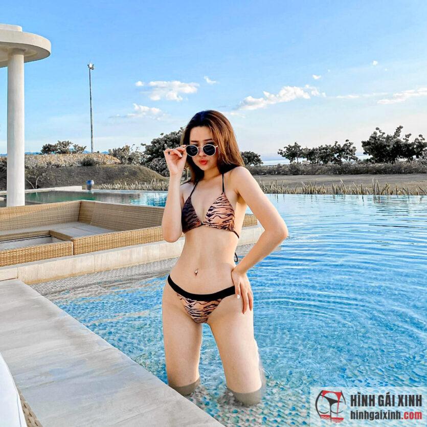 Nghi Văn đẹp lạ trong bộ bikini hoạ tiết hổ vằn cá tính