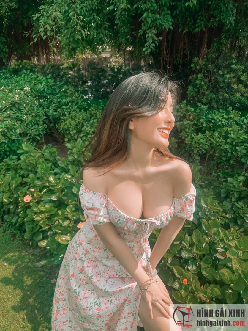 Võ Ngọc Trân diện váy trễ nải khoe hàng khủng quyến rũ đến nghẹt thở