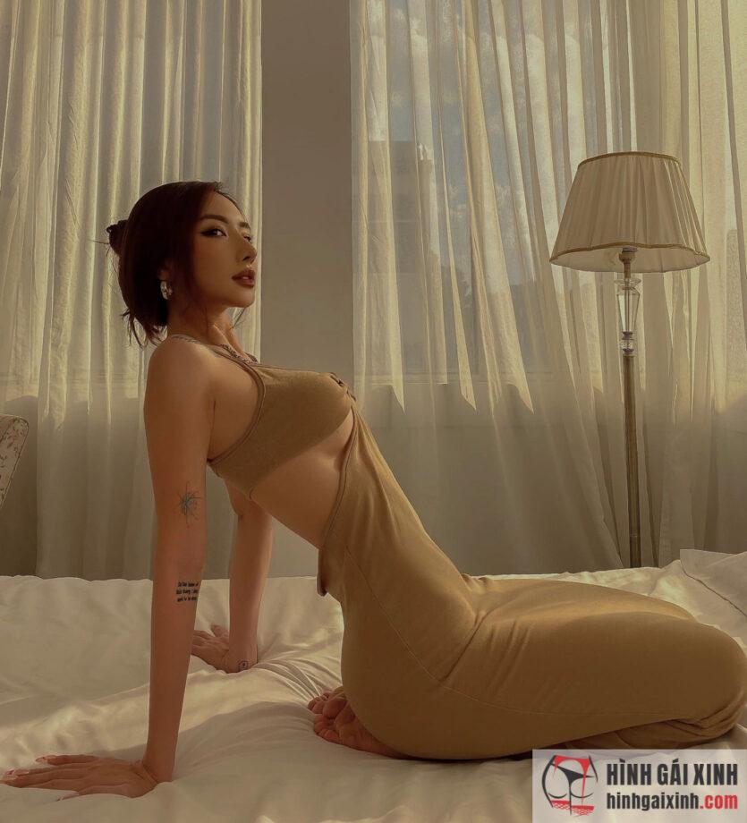 Hot girl Gà Bông khoe ngực trong bộ váy cắt xẻ độc đáo