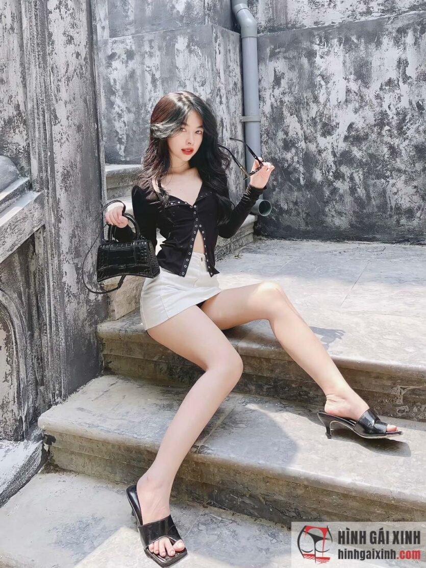 Gái xinh Yến Nhi đăng ảnh khoe giày nhưng lại quá sexy