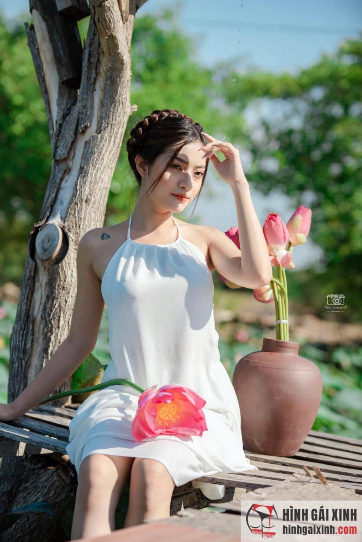 Gái xinh bên hồ sen diện áo yếm e ấp
