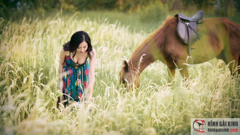 Cô gái gây sốc khi ăn mặc sexy, cưỡi ngựa