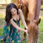 gái và ngựa