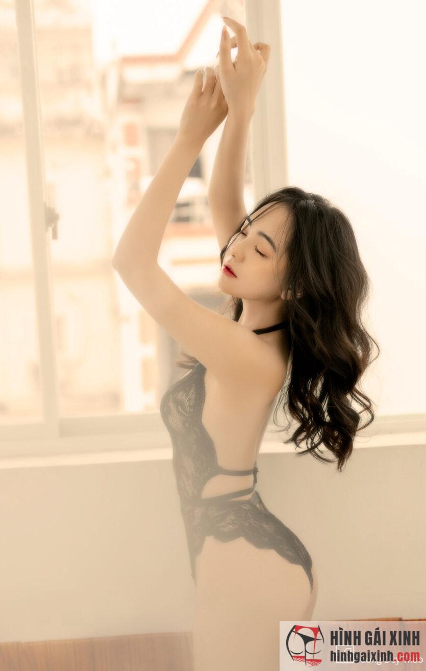 Gái xinh mặc bikini màu đen họa tiết ren đầy bí ẩn