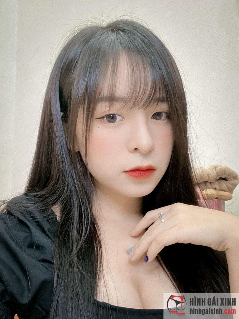 Hot girl Chu Thị Khánh Vân mặt học sinh ngực phụ huynh