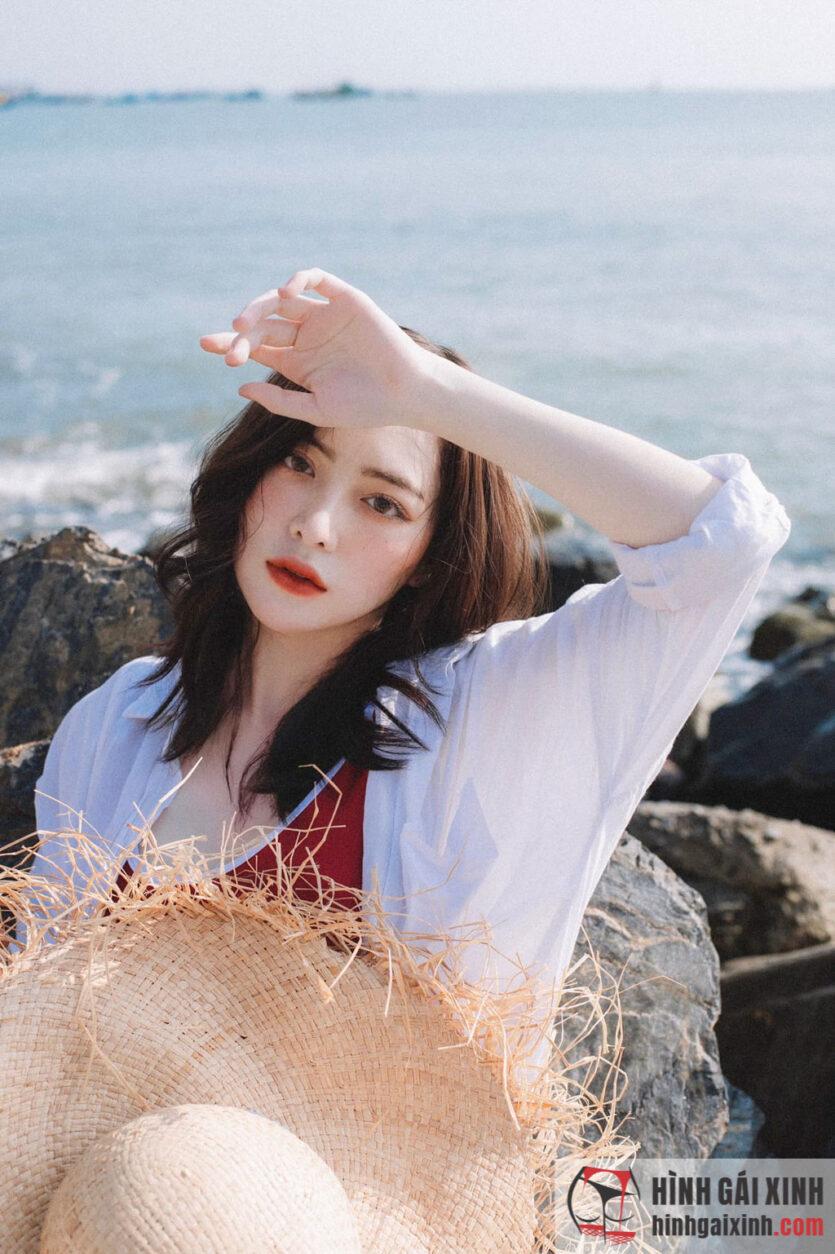 """Nữ sinh Nhân văn Đinh Ngọc Linh Phi """"gây sốt"""" vì quá xinh đẹp"""