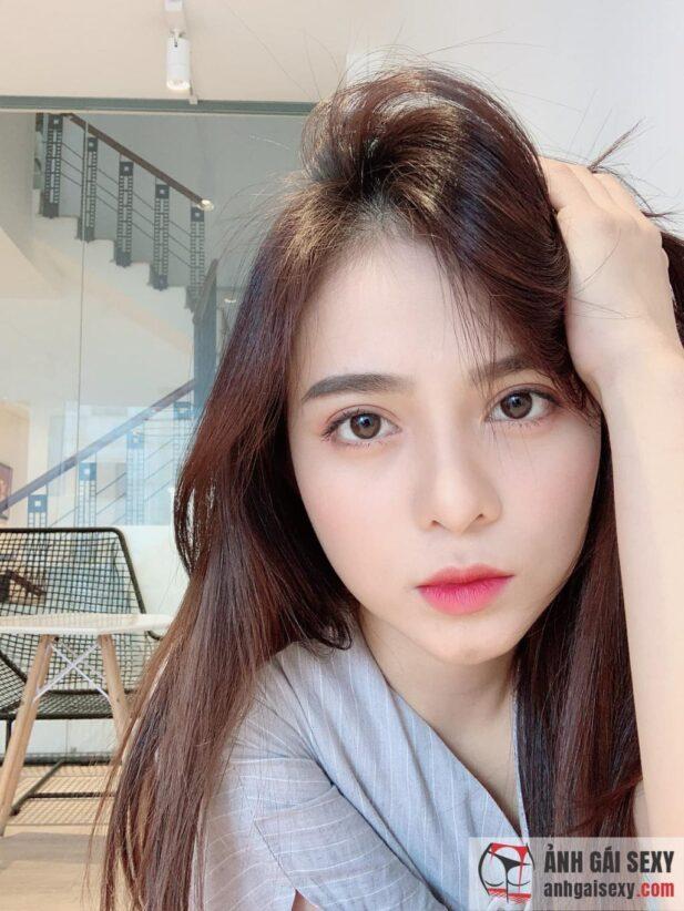Hình ảnh MC Lê Kim Quý (Kiwi) duyên dáng trong tà áo dài trắng