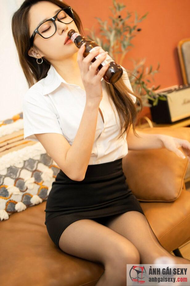 Hình ảnh Mê mẩn trước vẻ đẹp gợi tình của cô thư ký damdang